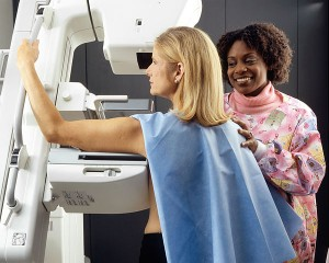 600px-Woman_receives_mammogram_3-300x240